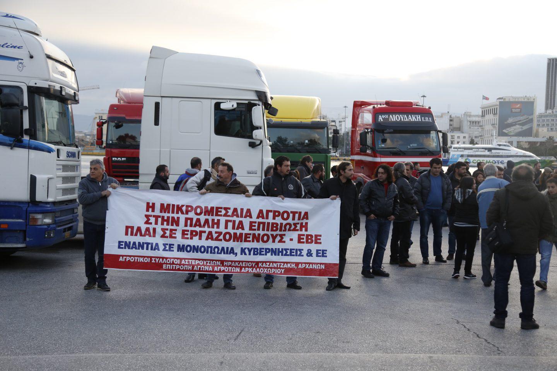 agrotes-kriti-apovasi-athina-8 Στην Βουλή οι αγρότες – Σε εξέλιξη το μεγάλο συλλαλητήριο