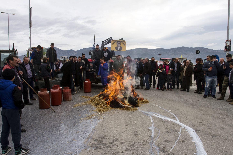 agrotes-sullaritirio-1 Με κόρνες και κροτίδες στο υπουργείο Μακεδονίας-Θράκης οι αγρότες [εικόνες & βίντεο]