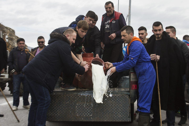 agrotes-sullaritirio-2 Με κόρνες και κροτίδες στο υπουργείο Μακεδονίας-Θράκης οι αγρότες [εικόνες & βίντεο]