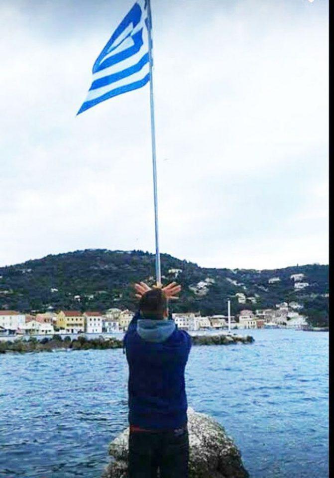 alvanikos-aetos-500 Απελάθηκε ανήλικος Αλβανός που σχημάτισε τον αλβανικό αετό κάτω από ελληνική σημαία [εικόνα]