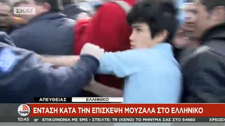 astynomikops-xtypaei-rposfugopoulo-2 Μουζάλας: 60 άτομα προκάλεσαν τα επεισόδια στο Ελληνικό