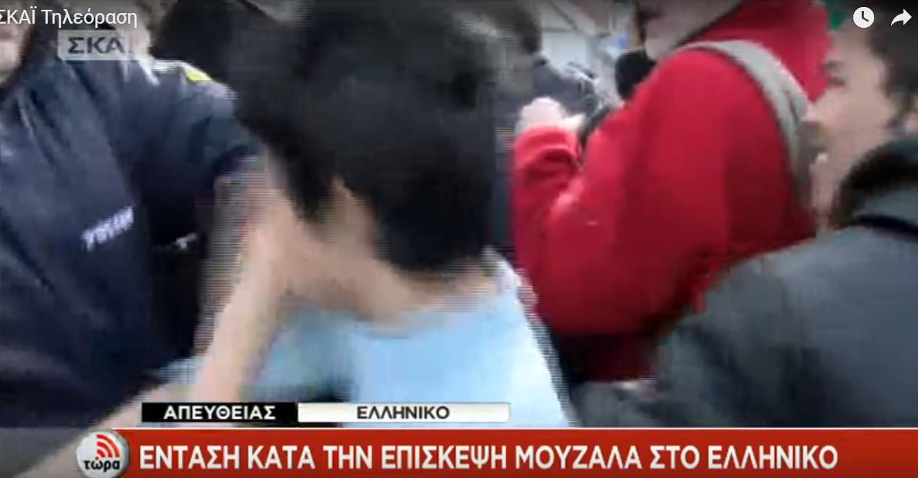 astynomikops-xtypaei-rposfugopoulo-3 Μουζάλας: 60 άτομα προκάλεσαν τα επεισόδια στο Ελληνικό
