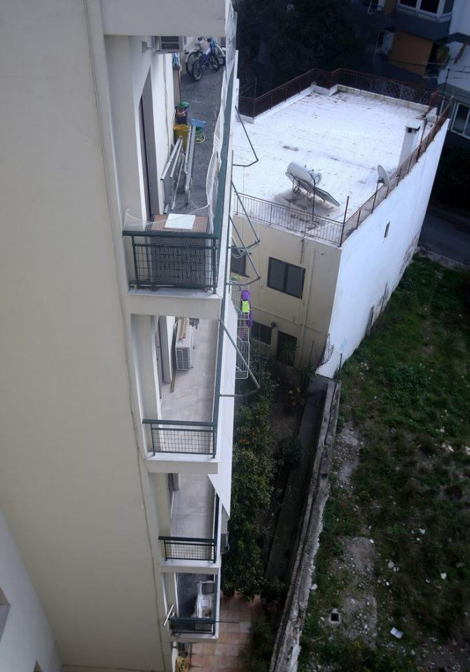 balkoni3 Ο 6χρονος που έπεσε από μπαλκόνι στην Κηφισιά κατέληξε στον κήπο της πολυκατοικίας [εικόνες]