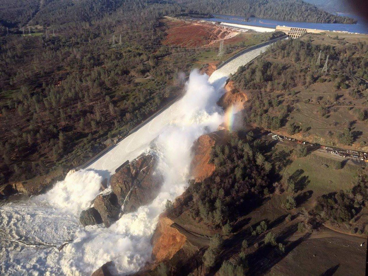 fragma-kalifornia-epsase-fragma-ipa-1300-2 Εκκενώθηκε η περιοχή γύρω από το μεγαλύτερο φράγμα των ΗΠΑ [εικόνες & βίντεο]