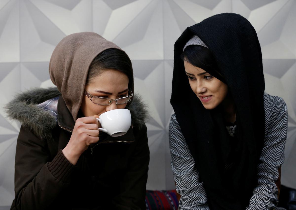 koritsia-spathia-afganistan-1300-1 Τα κορίτσια με τα… ασημένια σπαθιά από το Αφγανιστάν [εικόνες]