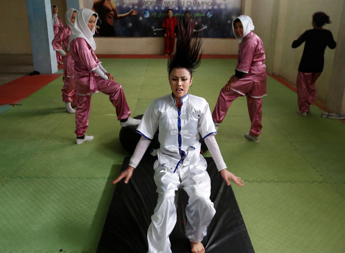 koritsia-spathia-afganistan-1300-10 Τα κορίτσια με τα… ασημένια σπαθιά από το Αφγανιστάν [εικόνες]