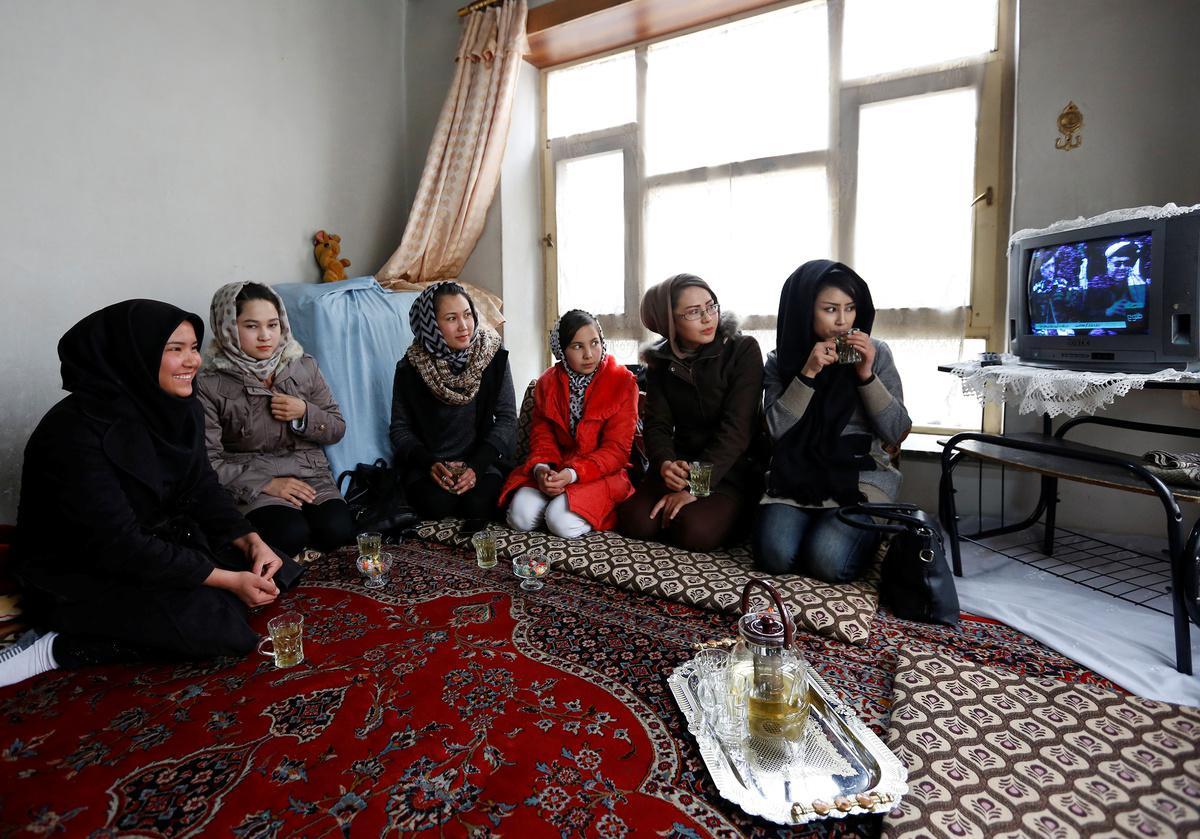 koritsia-spathia-afganistan-1300-2 Τα κορίτσια με τα… ασημένια σπαθιά από το Αφγανιστάν [εικόνες]