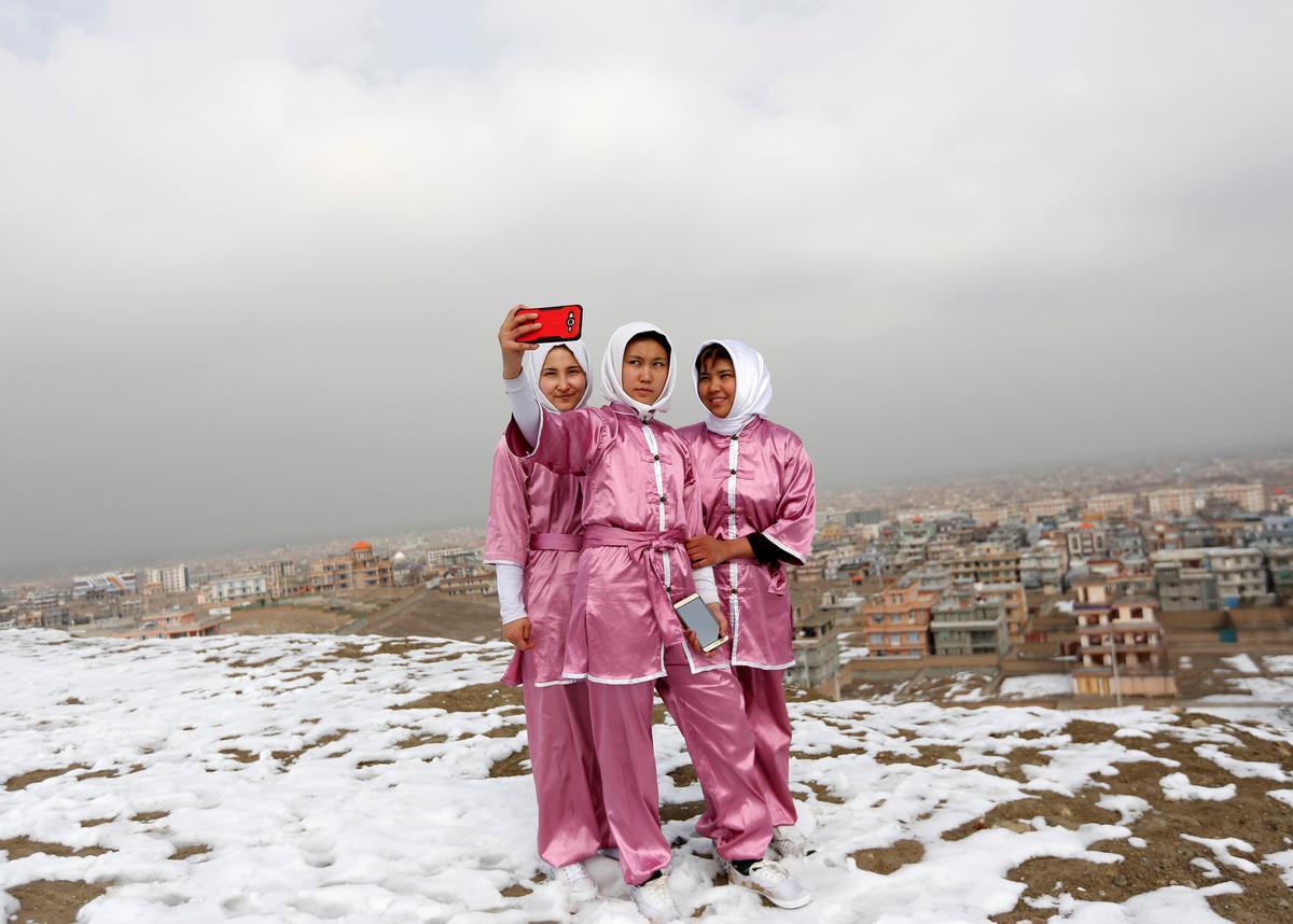 koritsia-spathia-afganistan-1300-5 Τα κορίτσια με τα… ασημένια σπαθιά από το Αφγανιστάν [εικόνες]