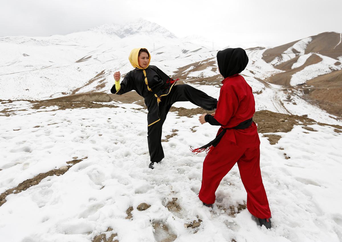 koritsia-spathia-afganistan-1300-6 Τα κορίτσια με τα… ασημένια σπαθιά από το Αφγανιστάν [εικόνες]