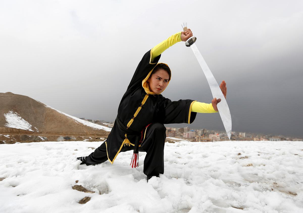koritsia-spathia-afganistan-1300-7 Τα κορίτσια με τα… ασημένια σπαθιά από το Αφγανιστάν [εικόνες]