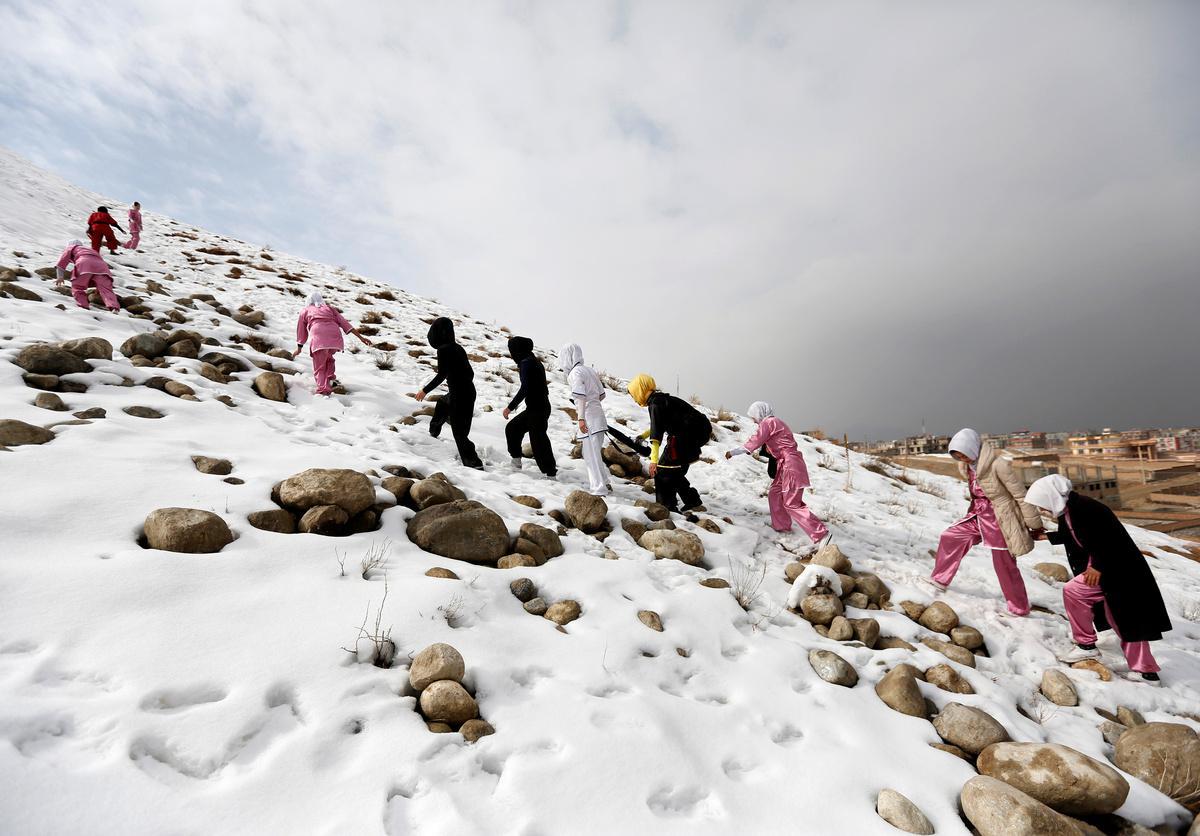 koritsia-spathia-afganistan-1300-8 Τα κορίτσια με τα… ασημένια σπαθιά από το Αφγανιστάν [εικόνες]