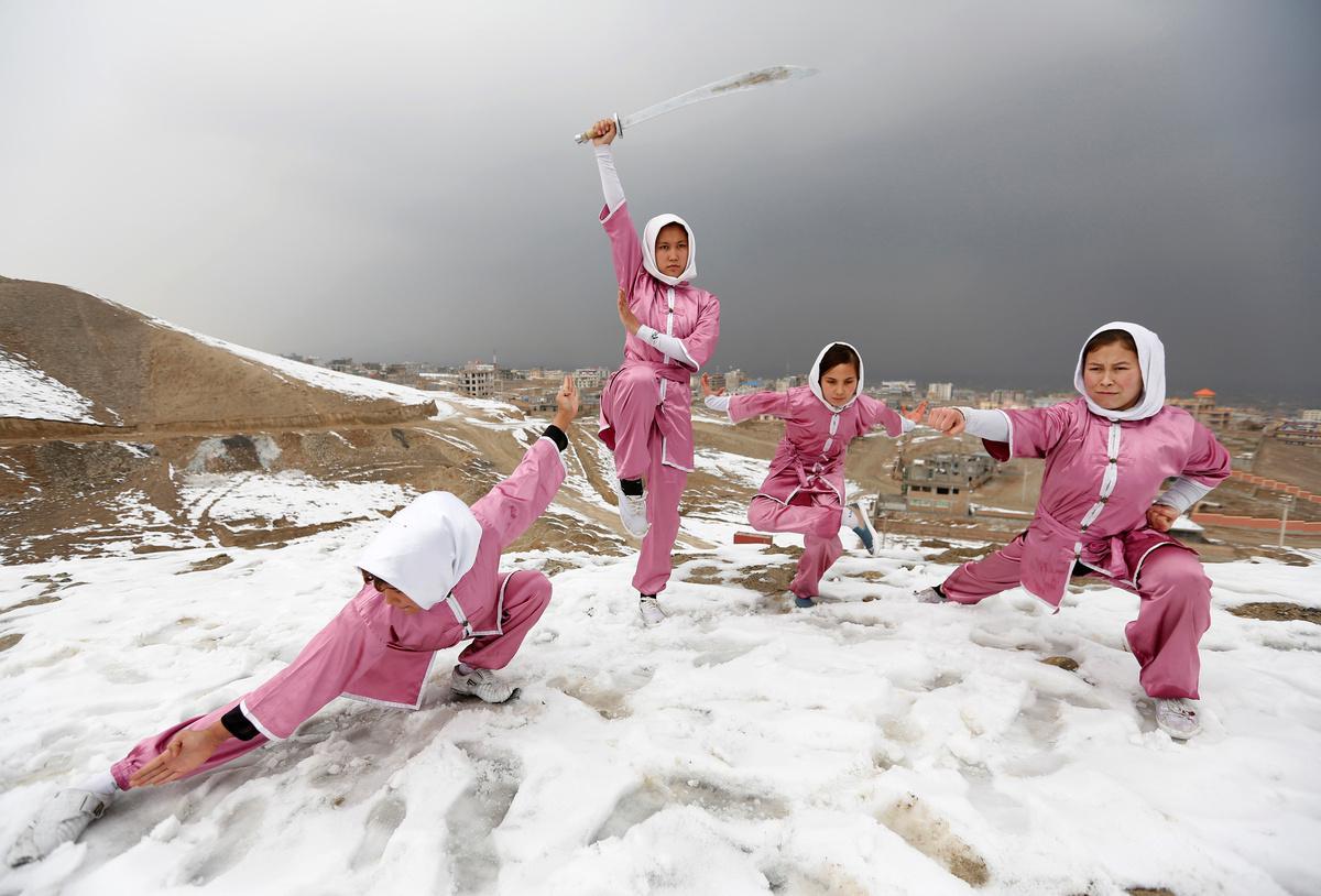 koritsia-spathia-afganistan-1300-9 Τα κορίτσια με τα… ασημένια σπαθιά από το Αφγανιστάν [εικόνες]