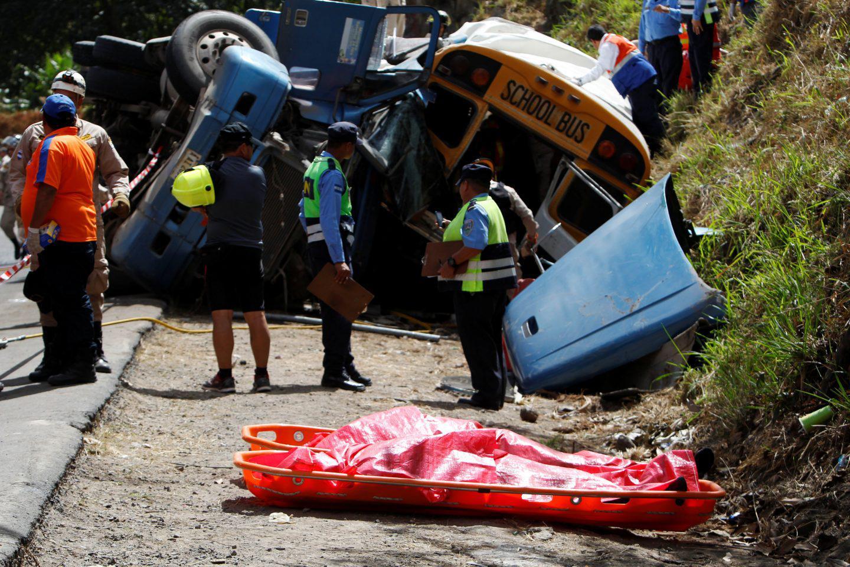 ondura-nekroi-leoforeio-sugkorysi-1 Στους 16 οι νεκροί από σύγκρουση σχολικού με φορτηγό στην Ονδούρα [εικόνες]