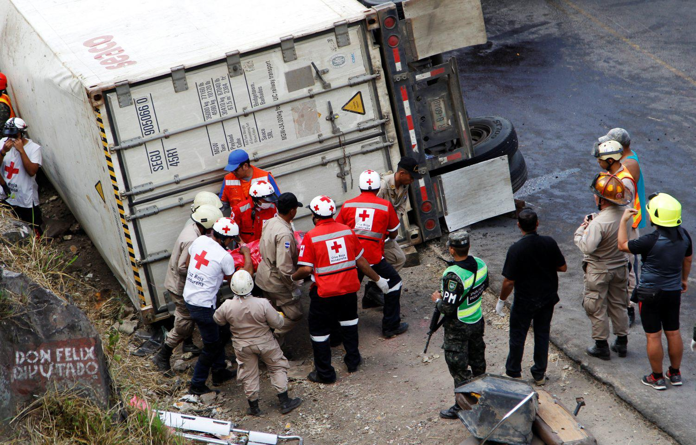 ondura-nekroi-leoforeio-sugkorysi-4 Στους 16 οι νεκροί από σύγκρουση σχολικού με φορτηγό στην Ονδούρα [εικόνες]