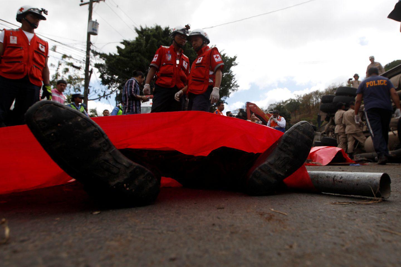 ondura-nekroi-leoforeio-sugkorysi-5 Στους 16 οι νεκροί από σύγκρουση σχολικού με φορτηγό στην Ονδούρα [εικόνες]