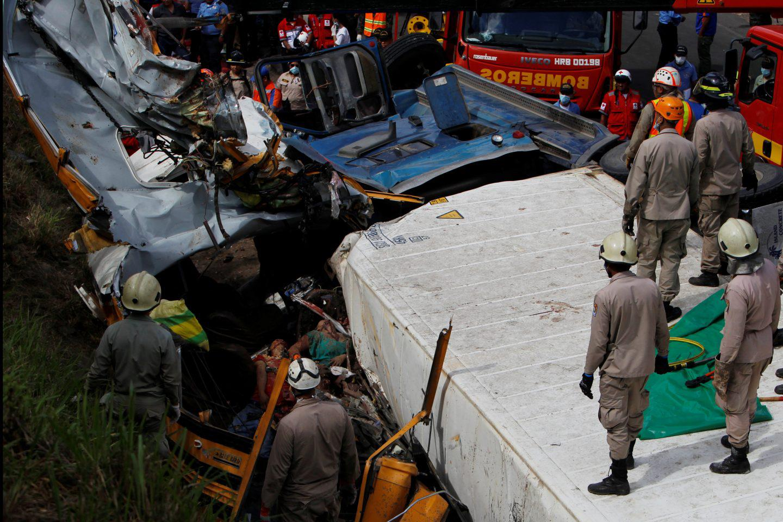 ondura-nekroi-leoforeio-sugkorysi-6 Στους 16 οι νεκροί από σύγκρουση σχολικού με φορτηγό στην Ονδούρα [εικόνες]