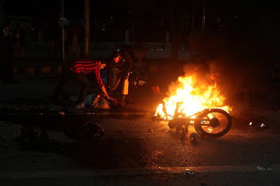 pakistan-epithesi Μακελειό στο Πακιστάν: 11 νεκροί και 60 τραυματίες από επίθεση καμικάζι αυτοκτονίας [εικόνες]