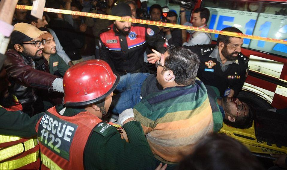 pakistan-epithesi1 Μακελειό στο Πακιστάν: 11 νεκροί και 60 τραυματίες από επίθεση καμικάζι αυτοκτονίας [εικόνες]