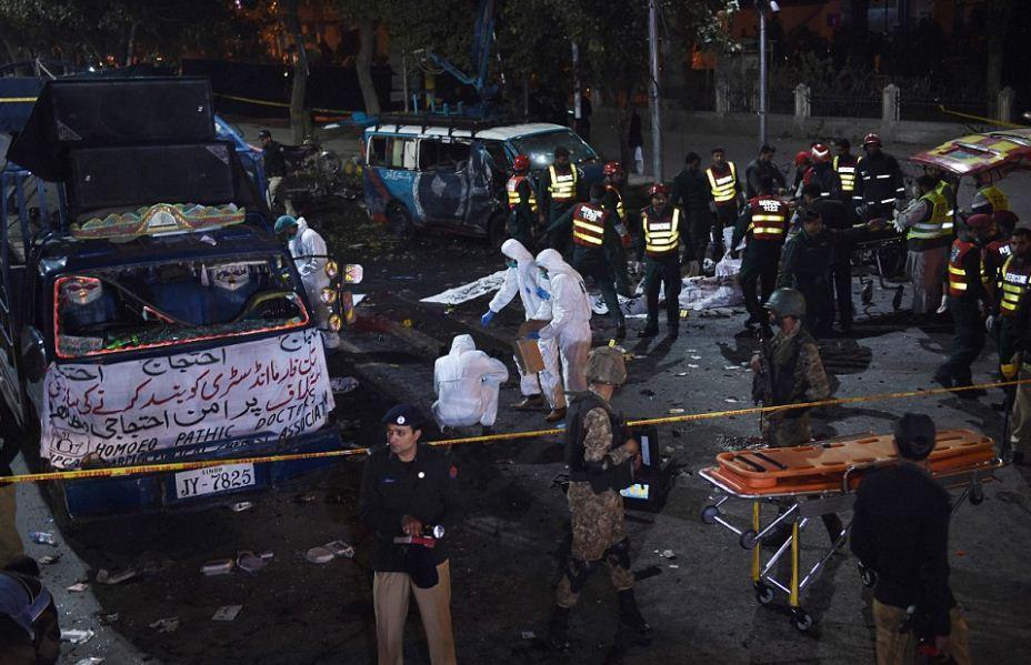 pakistan-epithesi2 Μακελειό στο Πακιστάν: 11 νεκροί και 60 τραυματίες από επίθεση καμικάζι αυτοκτονίας [εικόνες]