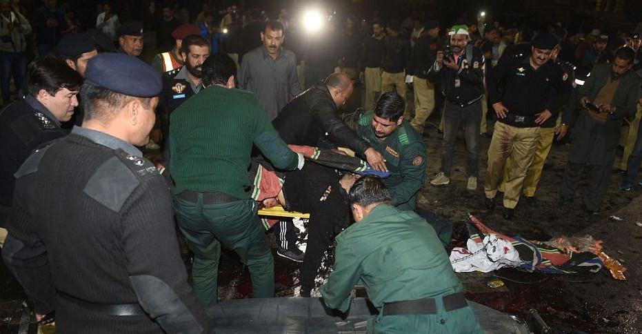 pakistan-epithesi6 Μακελειό στο Πακιστάν: 11 νεκροί και 60 τραυματίες από επίθεση καμικάζι αυτοκτονίας [εικόνες]