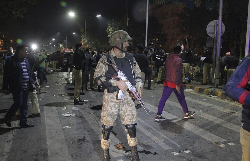 pakistan-epithesi7 Μακελειό στο Πακιστάν: 11 νεκροί και 60 τραυματίες από επίθεση καμικάζι αυτοκτονίας [εικόνες]