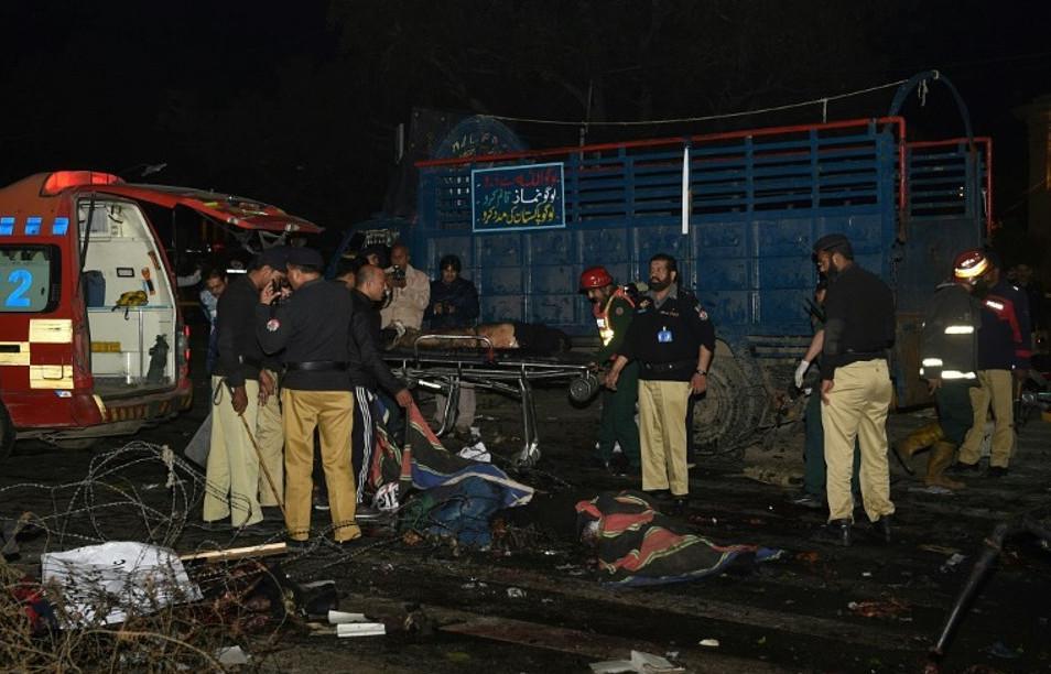 pakistan-epithesi8 Μακελειό στο Πακιστάν: 11 νεκροί και 60 τραυματίες από επίθεση καμικάζι αυτοκτονίας [εικόνες]