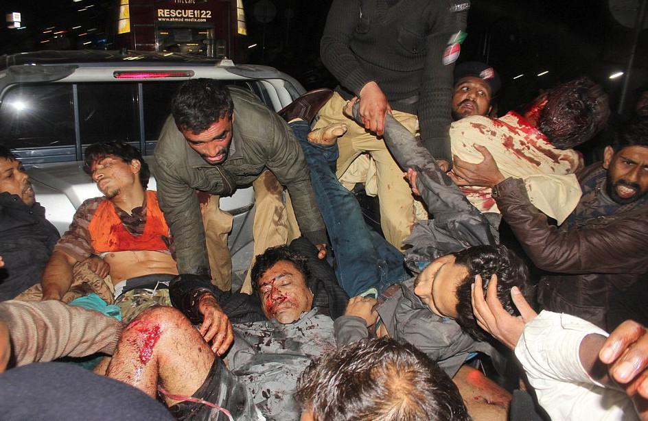 pakistan-epithesi9 Μακελειό στο Πακιστάν: 11 νεκροί και 60 τραυματίες από επίθεση καμικάζι αυτοκτονίας [εικόνες]