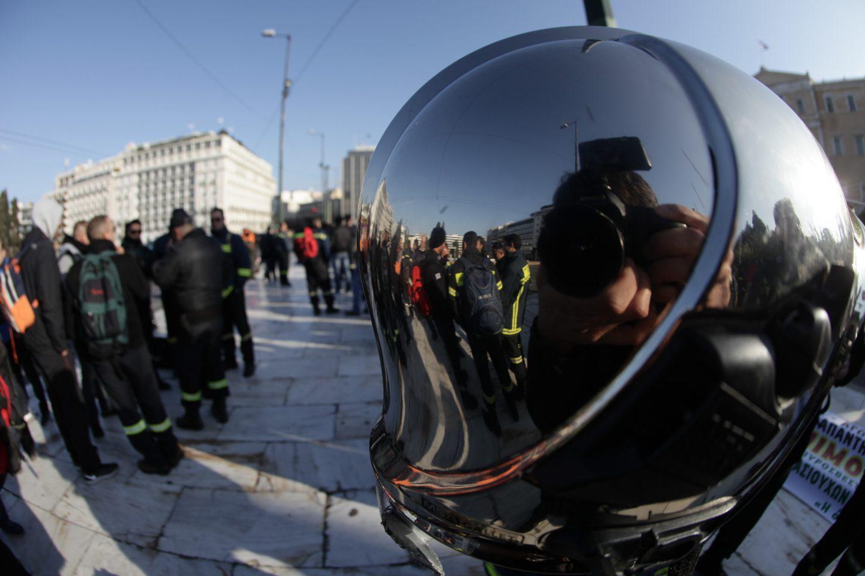 purosvesrtes-dimartiria-vouli-1 Διαμαρτυρία πυροσβεστών έξω από τη Βουλή - Ζητούν τη μονιμοποίησή τους [εικόνες]