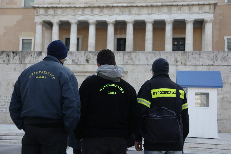purosvesrtes-dimartiria-vouli-5 Διαμαρτυρία πυροσβεστών έξω από τη Βουλή - Ζητούν τη μονιμοποίησή τους [εικόνες]