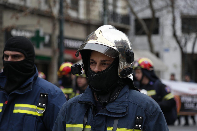 purosvestes-diamartiria-ekso-vouli-1300-1 Συγκέντρωση διαμαρτυρίας πυροσβεστών στο Σύνταγμα με καπνογόνα και πυρσούς [εικόνες & βίντεο]