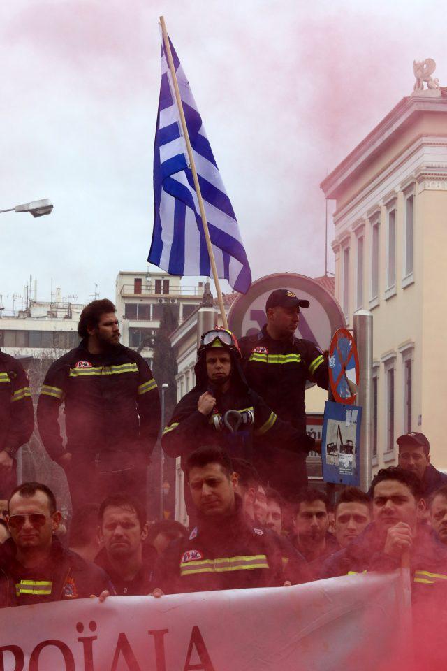 purosvestes-diamartiria-ekso-vouli-1300-11 Συγκέντρωση διαμαρτυρίας πυροσβεστών στο Σύνταγμα με καπνογόνα και πυρσούς [εικόνες & βίντεο]