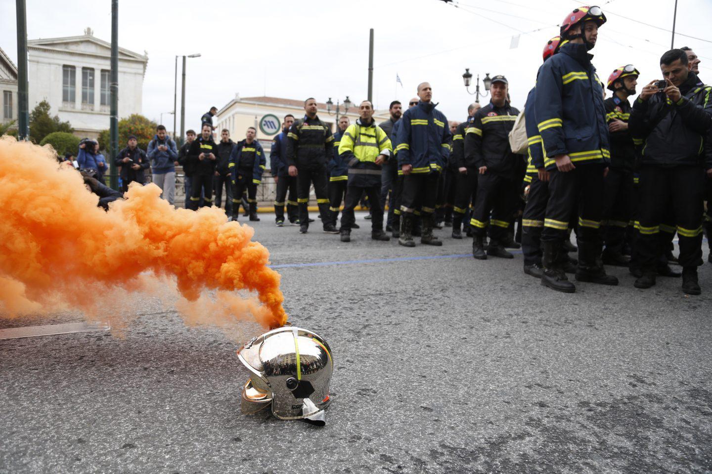purosvestes-diamartiria-ekso-vouli-1300-12 Συγκέντρωση διαμαρτυρίας πυροσβεστών στο Σύνταγμα με καπνογόνα και πυρσούς [εικόνες & βίντεο]