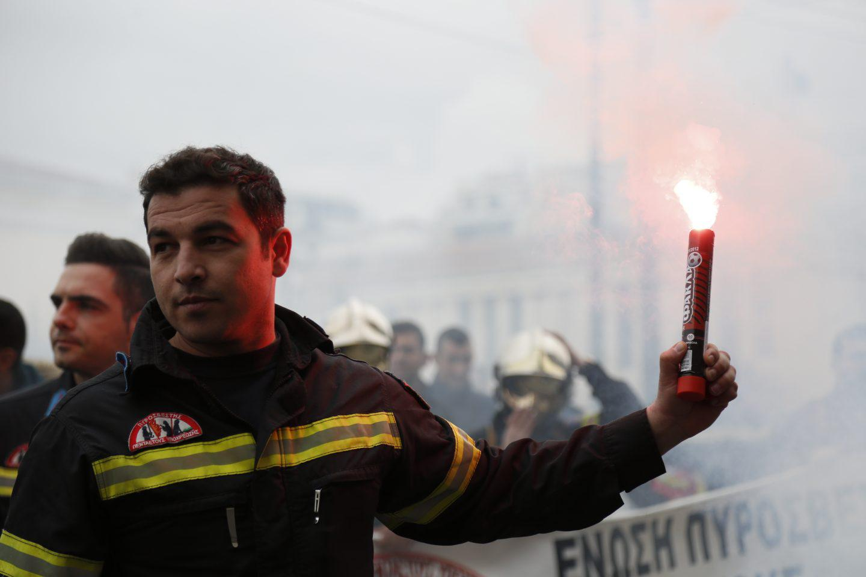 purosvestes-diamartiria-ekso-vouli-1300-13 Συγκέντρωση διαμαρτυρίας πυροσβεστών στο Σύνταγμα με καπνογόνα και πυρσούς [εικόνες & βίντεο]