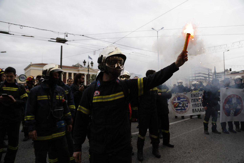 purosvestes-diamartiria-ekso-vouli-1300-14 Συγκέντρωση διαμαρτυρίας πυροσβεστών στο Σύνταγμα με καπνογόνα και πυρσούς [εικόνες & βίντεο]