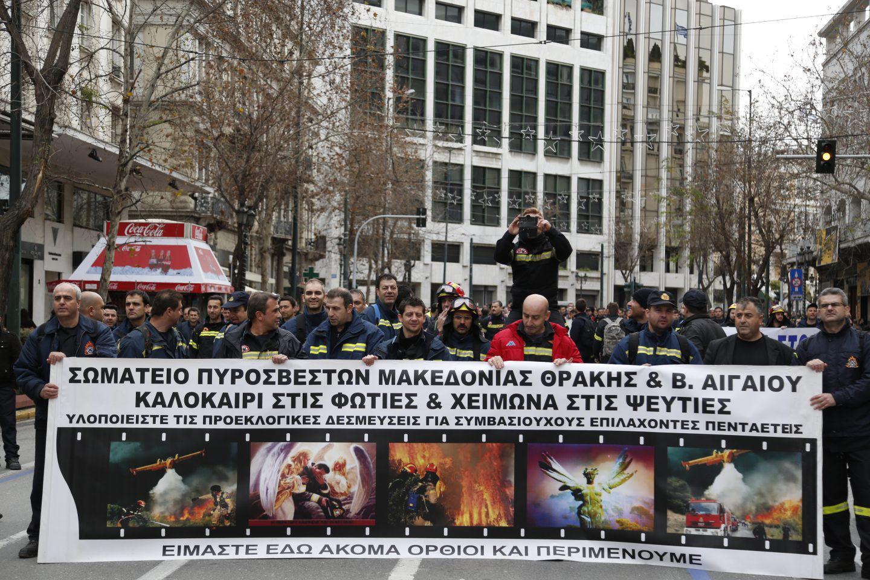 purosvestes-diamartiria-ekso-vouli-1300-16 Συγκέντρωση διαμαρτυρίας πυροσβεστών στο Σύνταγμα με καπνογόνα και πυρσούς [εικόνες & βίντεο]