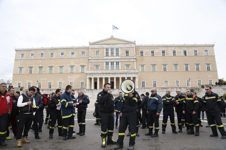 purosvestes-diamartiria-ekso-vouli-1300-3 Συγκέντρωση διαμαρτυρίας πυροσβεστών στο Σύνταγμα με καπνογόνα και πυρσούς [εικόνες & βίντεο]