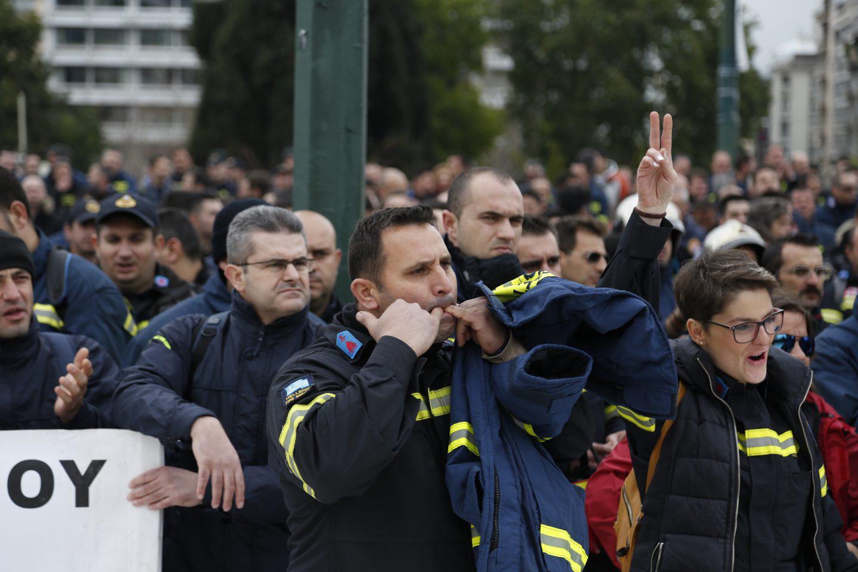 purosvestes-diamartiria-ekso-vouli-1300-5 Συγκέντρωση διαμαρτυρίας πυροσβεστών στο Σύνταγμα με καπνογόνα και πυρσούς [εικόνες & βίντεο]