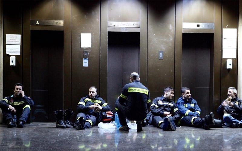 pyr2 Οι πυροσβέστες κάνουν κατασκήνωση στο υπουργείο ενώ οι Γεροβασίλη υπόσχεται