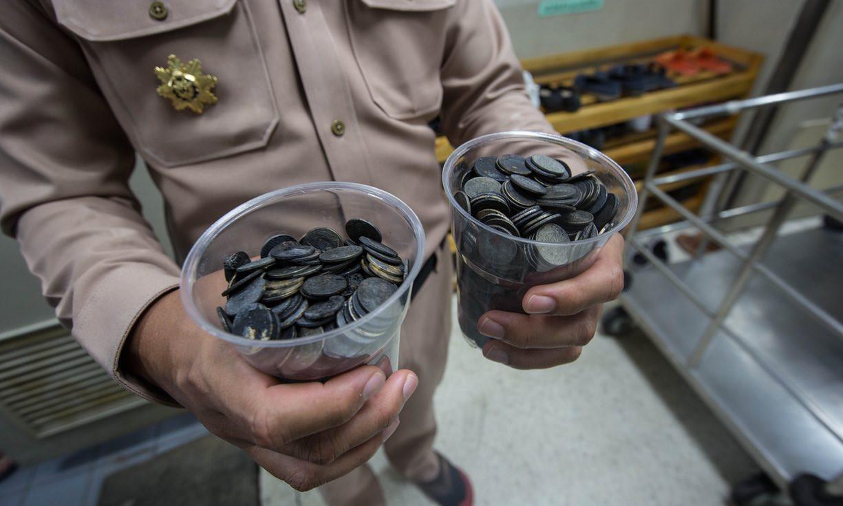 xelona-tailandi1-1300 Πέθανε η χελώνα που είχε καταπιεί 915 νομίσματα