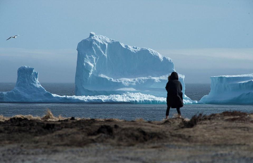 pagovouno1-1 Παγόβουνο-γίγας «ταξιδεύει» στις ακτές του Καναδά [εικόνες & βίντεο]