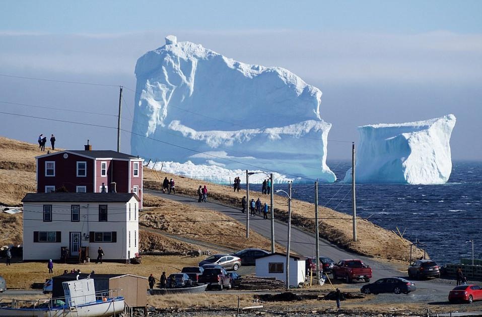 pagovouno2-1300 Παγόβουνο-γίγας «ταξιδεύει» στις ακτές του Καναδά [εικόνες & βίντεο]