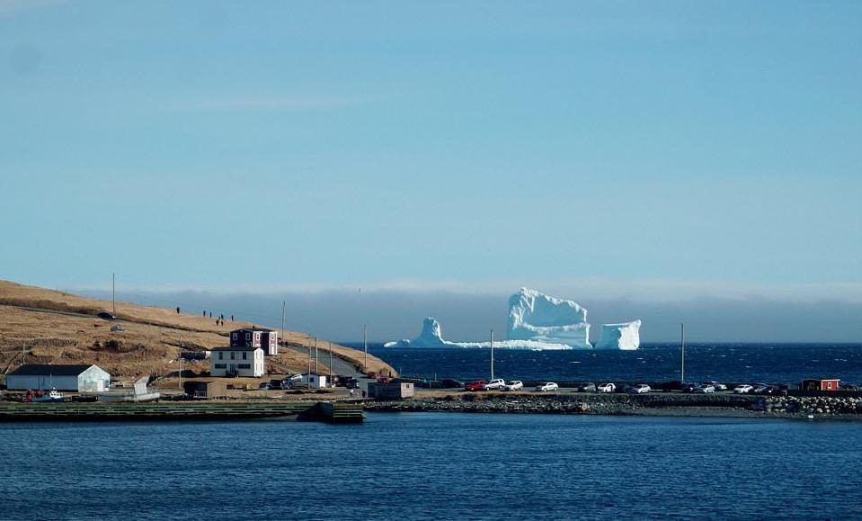 pagovouno3-1 Παγόβουνο-γίγας «ταξιδεύει» στις ακτές του Καναδά [εικόνες & βίντεο]