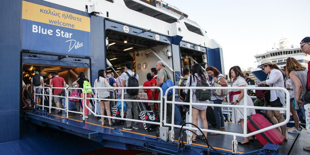 Χάος στον Πειραιά από τους χιλιάδες ταξιδιώτες – Με καθυστέρηση ο απόπλους των πλοίων