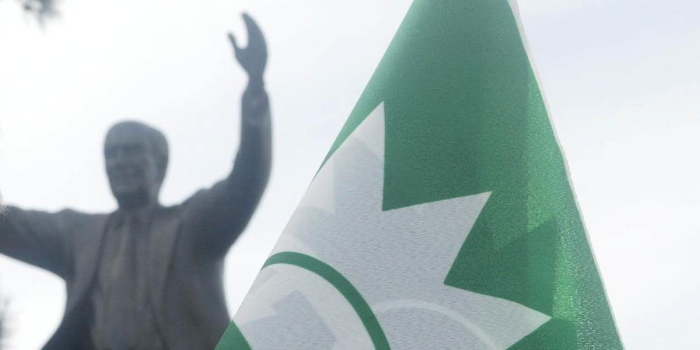 Κρέμασαν χαρτιά υγείας στο άγαλμα του Ανδρέα Παπανδρέου! [εικόνα]
