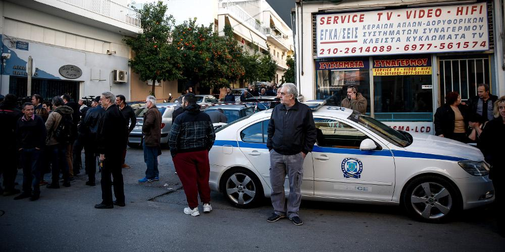 Σοκ από το φονικό στους Αγίους Αναργύρους - Αστυνομικός σκότωσε την οικογένεια και αυτοκτόνησε [βίντεο]