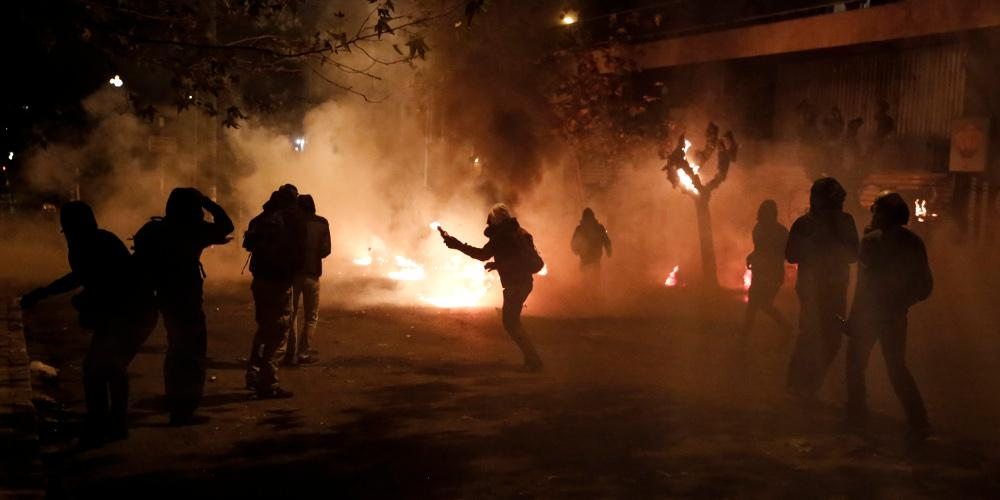 Είκοσι οκτώ συλλήψεις και 13 προσαγωγές στην περιοχή των Εξαρχείων- Δύο τραυματίες αστυνομικοί