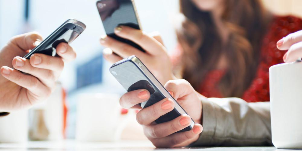 Κορωνοϊός και κινητά: Μάθετε πώς να τα καθαρίζετε σωστά