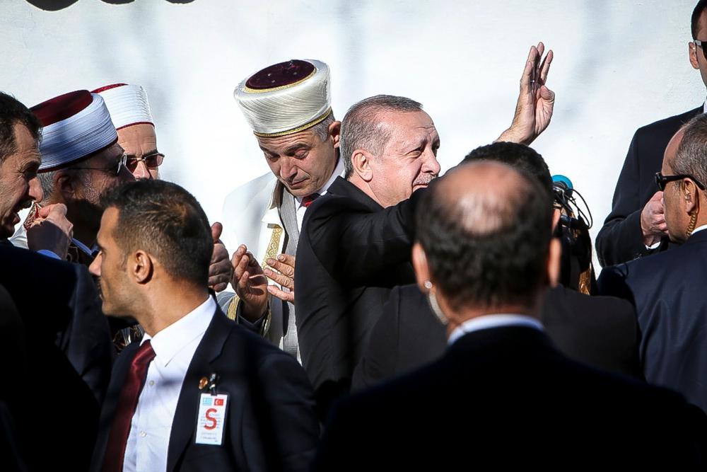 Χιτλερική φιέστα από τον Ερντογάν - Έβαλε τα μέλη του AKP