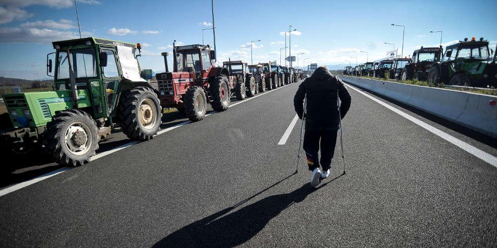 Ξανά στους δρόμους οι αγρότες - Τα τρακτέρ σε μπλόκα σε πολλές πόλεις