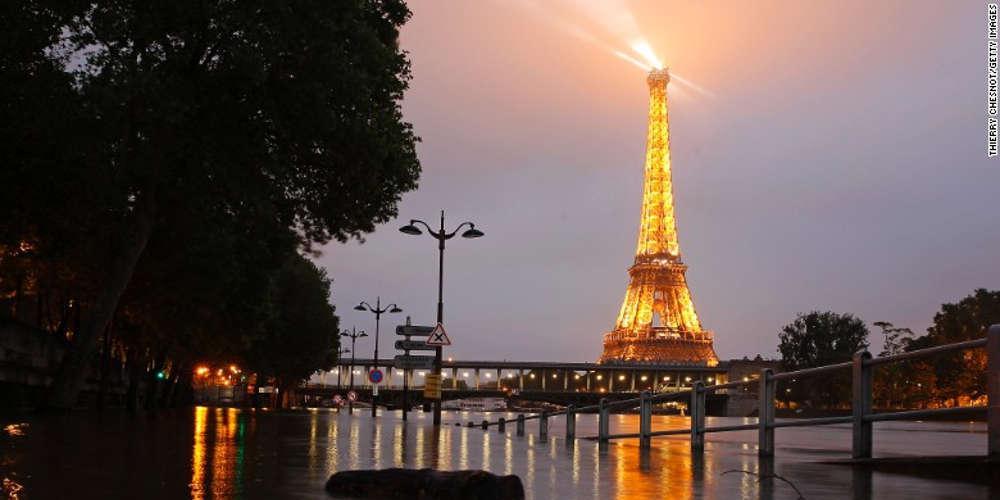 Οργή στο Παρίσι για τα νέα, ανοιχτά ουρητήρια που τοποθετήθηκαν κοντά σε τουριστικά αξιοθέατα